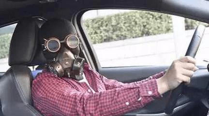 汽车暴晒变毒气室 上车前先通风3分钟