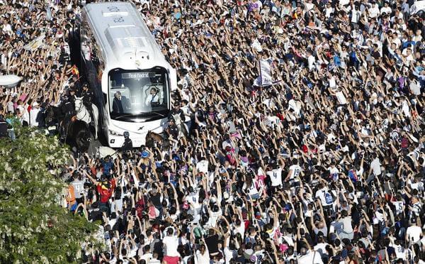 震撼!皇马大巴驶入伯纳乌 上万球迷包围欢呼