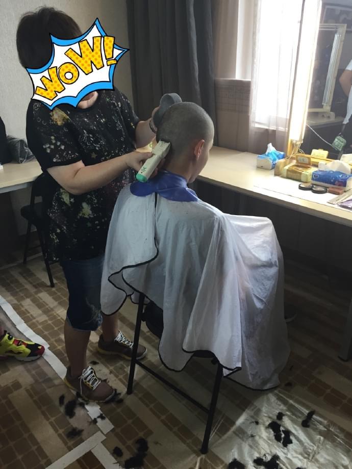 曝吴亦凡剃头照 网友赞敬业:哪位小生敢剃光头