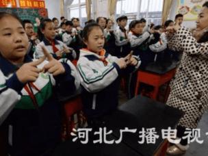 邯郸:小学生学手语迎国际残疾人日