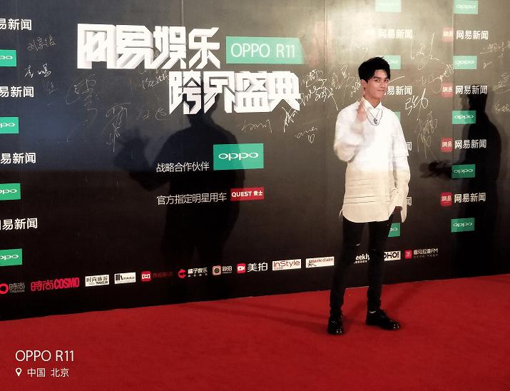 吴磊现身跨界盛典的红毯 获迷妹台下大喊人气旺