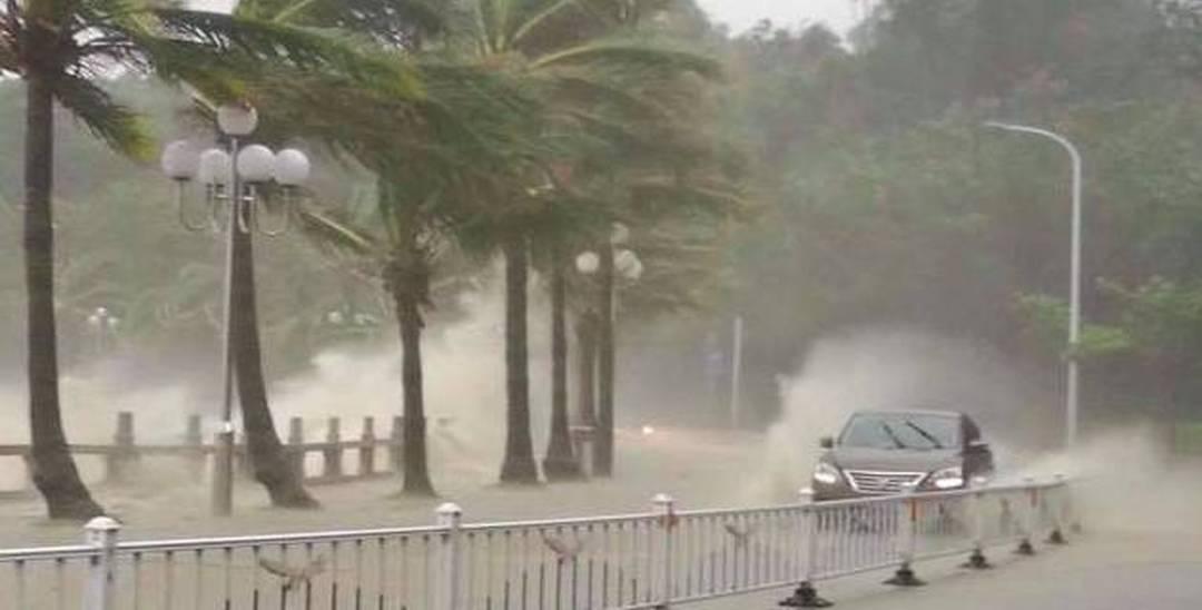 台风天鸽吹袭珠海 情侣路上小车像划船!