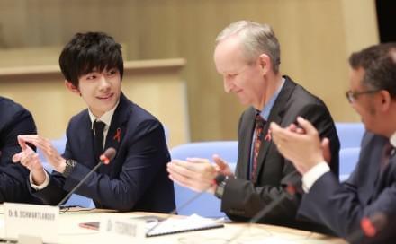 易烊千玺、关晓彤在世卫总部发表英语主题演讲