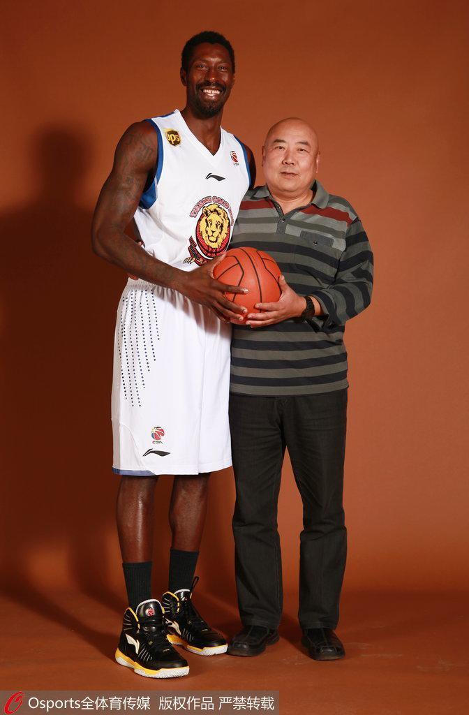 2012-2013赛季,张硕与哈维拍摄官方写真