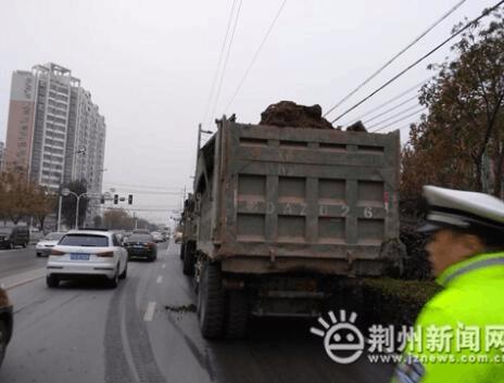 荆州交警一大队二中队强力整治渣土车违法行为