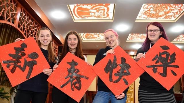 丹麦学生感受中国年