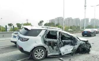 突发!22日早上福州三环路虎和环卫车相撞!