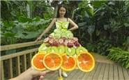 """女子将水果服装""""穿""""上街头"""