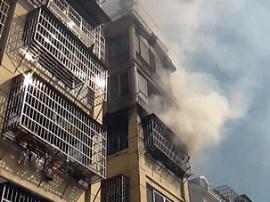 南昌凤凰花园居民楼起火 消防员救出被困老人