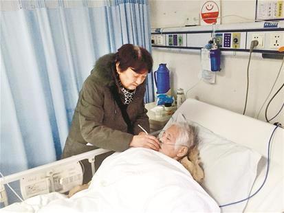 暖!老闺蜜心梗入院 7旬太婆从荆州来汉照料
