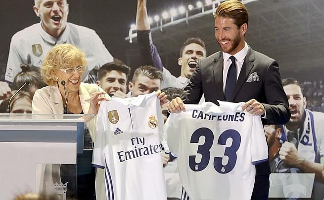 马德里市长接见皇马 拉莫斯赠球衣