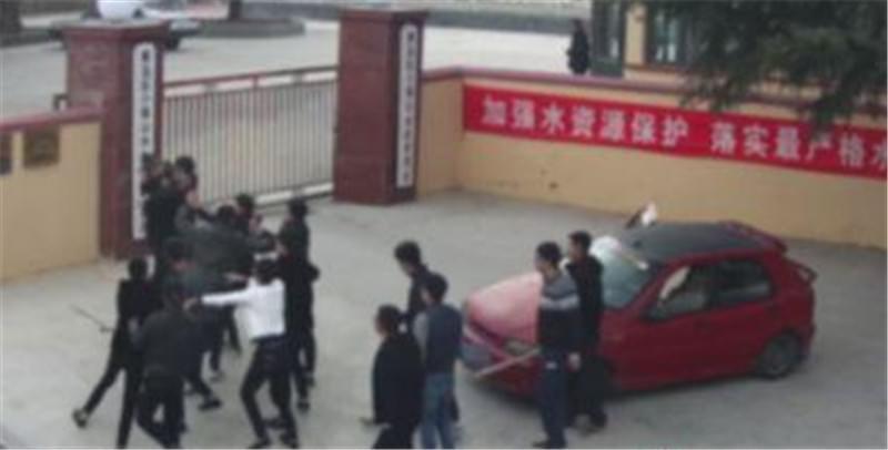 黄岛两女网上斗图互骂 男友纠集20余人斗殴被刑拘