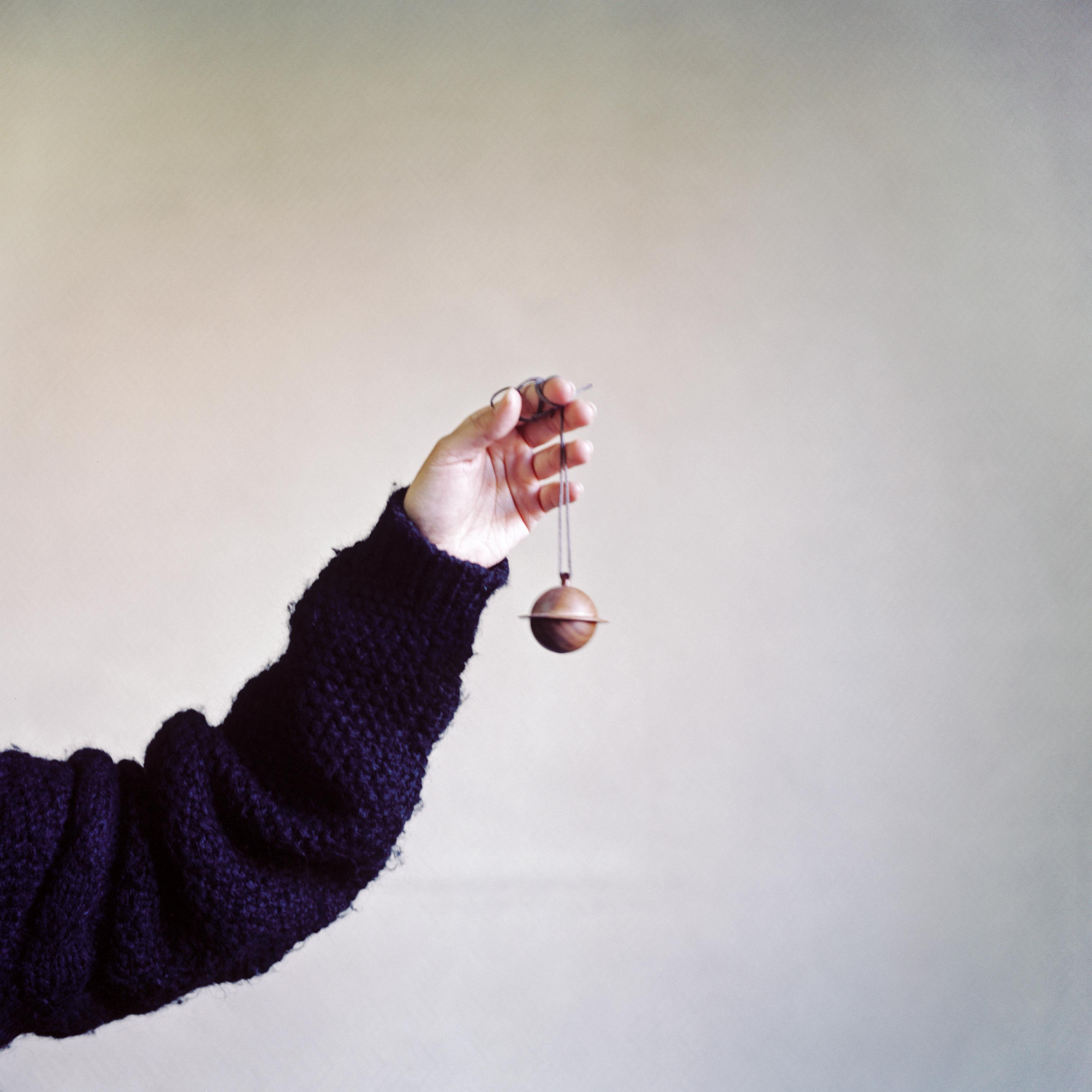 吴彤用剩余的木料做的小铃铛  作者供图
