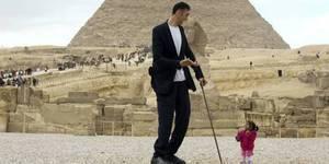 世界第一高人及最袖珍女孩合影