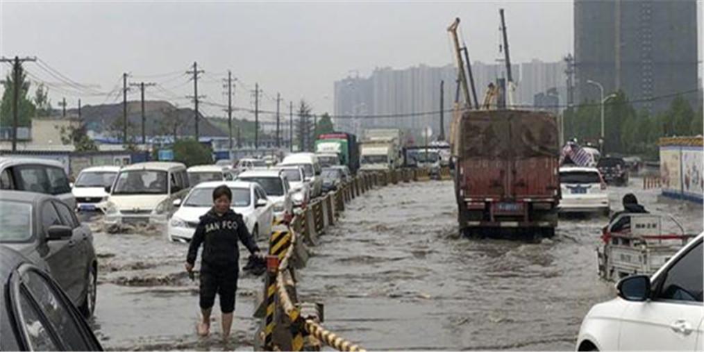 """郑州这一路段""""一片汪洋"""" 多车熄火"""