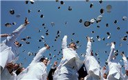 美海军学院学员扔帽庆毕业