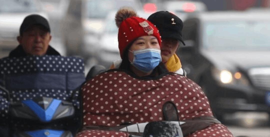 大降温!郑州市民街头防寒花样多
