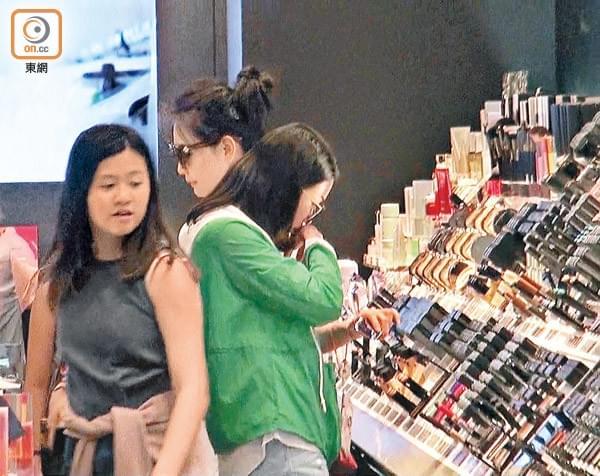 邱淑贞带二女儿逛街购物 母女搂肩感情好