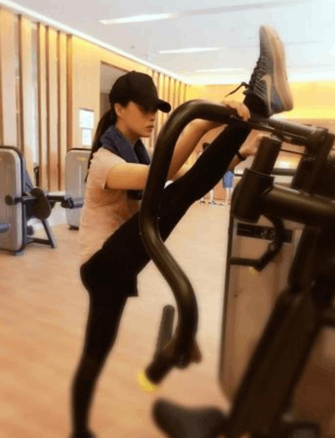 蒋欣退出微胖界 晒健身照铅笔腿抢镜
