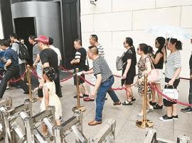 北京国博馆暑期游客量大增 护栏绳每天被拽坏5根