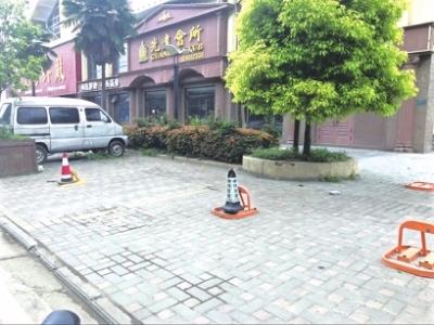 """曝光:马路变""""私家停车场""""、汽车挤占人行道....."""
