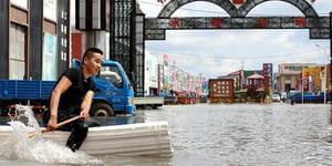 """暴雨后多地内涝 市民划自制""""竹筏""""抢救财物"""