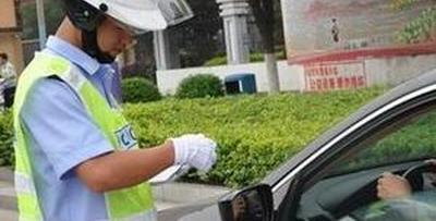 司机违停被贴条 辱骂交警被拘五天