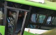 公交车与轿车相撞后冲入河中 多人受伤