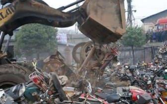 壶关交警集中销毁150余辆报废摩托车