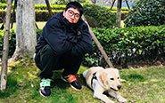 刘翔戴黑框眼镜与爱犬互动