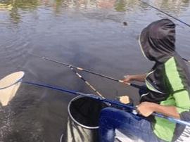 泰州一大爷痴迷钓鱼被严重晒伤 水面紫外线更强烈
