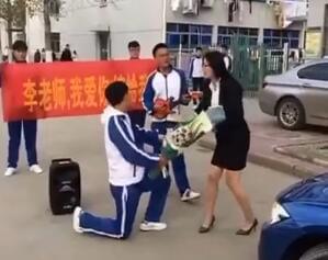男学生拉横幅掏钻戒向女老师求婚 遭斥不要脸