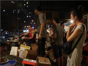 中国版深夜食堂 老汉卖方便面年入百万