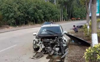 """塘厦一辆小车撞上绿化带 把发动机撞到""""粉身碎骨"""""""