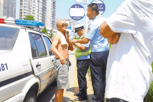 丹东:市交警支队清理违章占道车辆