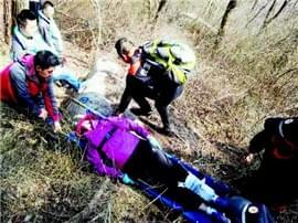 爬山摔骨折大伙接力救援 救援队员救下受伤驴友