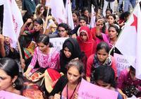 印度女学生怒了:说我们胸部像西瓜那就送你大西瓜
