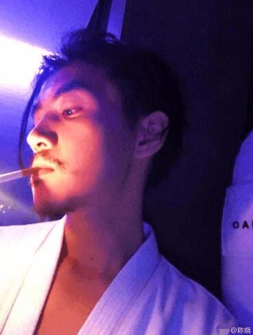 陈晓慵懒叼烟侧颜帅炸 原来留胡子的男人这么撩人