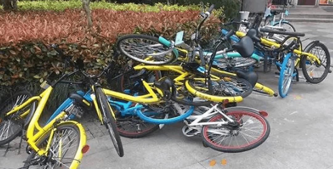 杭州某软件园乱放一堆单车