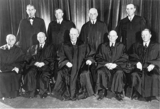 沃伦当首席大法官期间,奉行司法积极主义,常主动介入社会议题,正中央为首席大法官沃伦 /Wikipedia