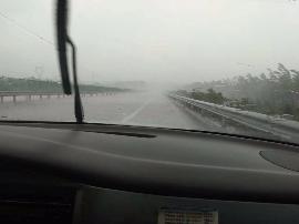 高速十二大队辖区全线降雨 司机减速慢行