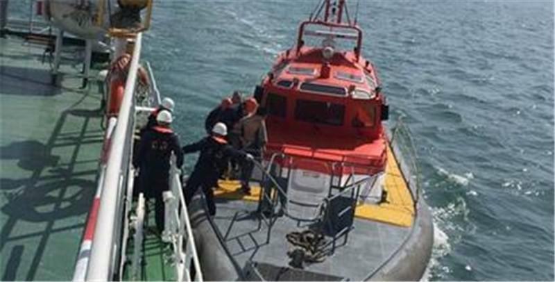 儿子落水父亲心急跳海营救 幸被路过船只救起