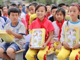 青蛙王子走进贵州半溪小学开展爱心捐赠公益活动
