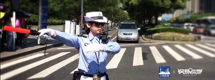 跟着警花指挥交通 一起来陆家嘴当交警