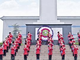 运城向阳学校组织师生祭扫放歌祭英灵 演讲抒情怀