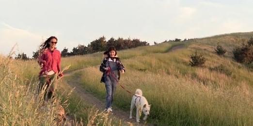 李孝利带IU散步 关系亲密为其跳舞