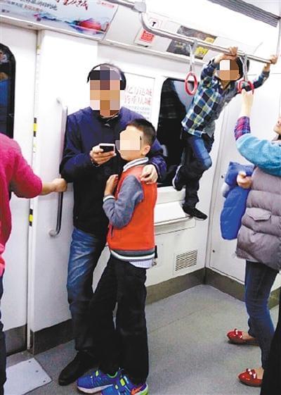 [吐槽熊家长]孩子地铁上玩吊环 家长专注玩手机