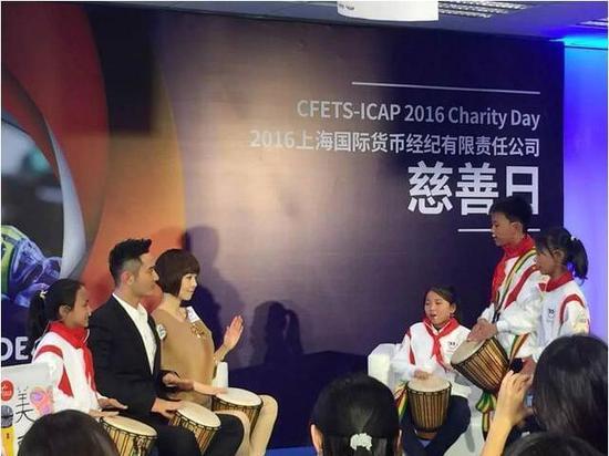美丽中国项目学校学生教黄晓明、鲁豫非洲鼓