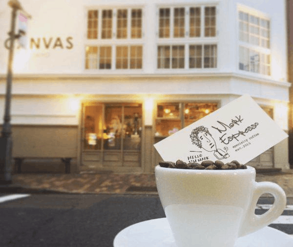 把甜甜圈插在饮料上才够潮:日本复合式咖啡店