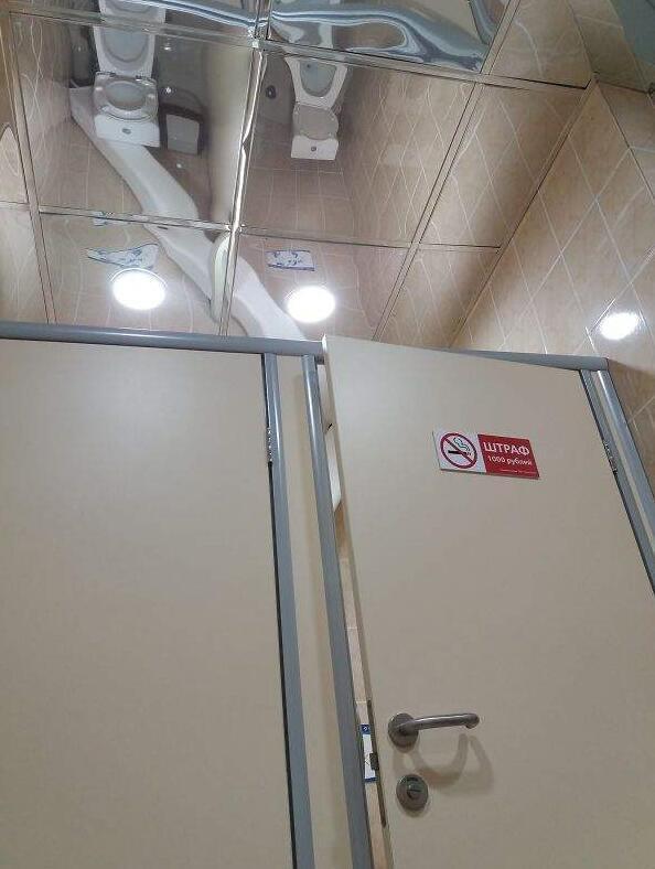 谁在厕所把镜子装在天花板啊?